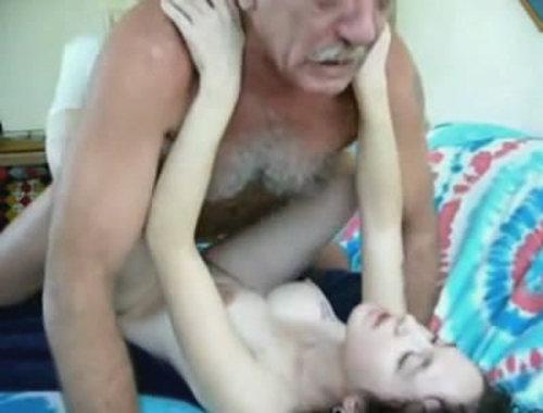 محارم اب عجوز وبنته عمال يلحس فى كسها ويسيحها وناكها ونزل فى كسها